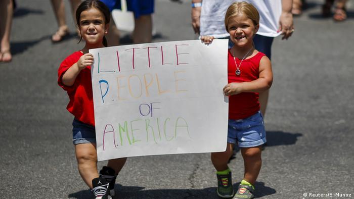 Zwei Frauen halten bei der Disability Pride Parade in New York ein Schild hoch: Little People of America. (Foto: Reuters)