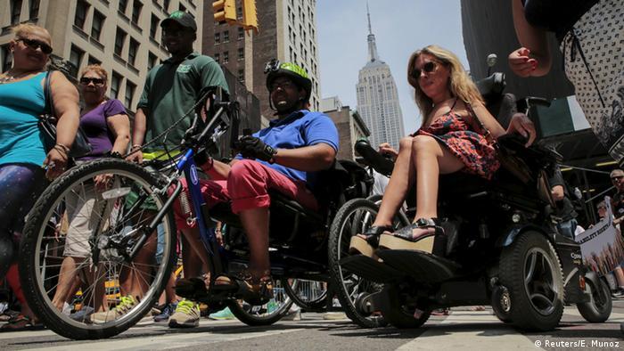 Rollstuhlfahrer auf der Disability Pride Parade in New York, USA. (Foto: Reuters)