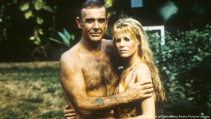 Sean Connery als James Bond neben Kim Basinger in Never say never again (Foto: Mary Evans Picture Library)