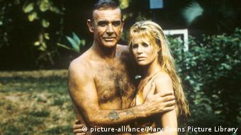 Sean Connery als Bond neben Kim Basinger in Sag niemals nie, beide mit nacktem Oberkörper, Connery umarmt Basinger (Foto: Mary Evans Picture Library)
