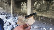 Juli 2015 A man holds a sample of synthetic cannabis in a drug den in Shuafat refugee camp in East Jerusalem; Copyright: DW/J. Purkiss