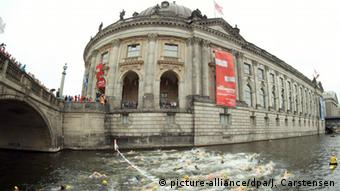 A swimming competition was held in 2015 to promote the project Flussbad Berlin (picture-alliance/dpa/J. Carstensen)