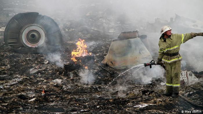 Пожарный на месте катастрофы MH17 в Донбассе