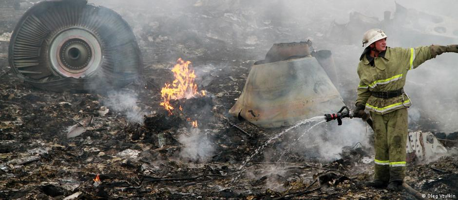 A firefighter puts out flames from the crash of MH17 in eastern Ukraine (Oleg Vtulkin)