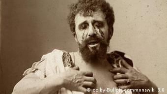 Fotografie eines Schauspielers des Ödipus in einem Theaterstück