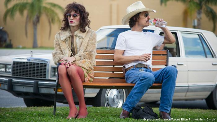 Protagonists from Dallas Buyers Club sitting on a park bench (picture-alliance/Ascot Elite Filmverleih GmbH)