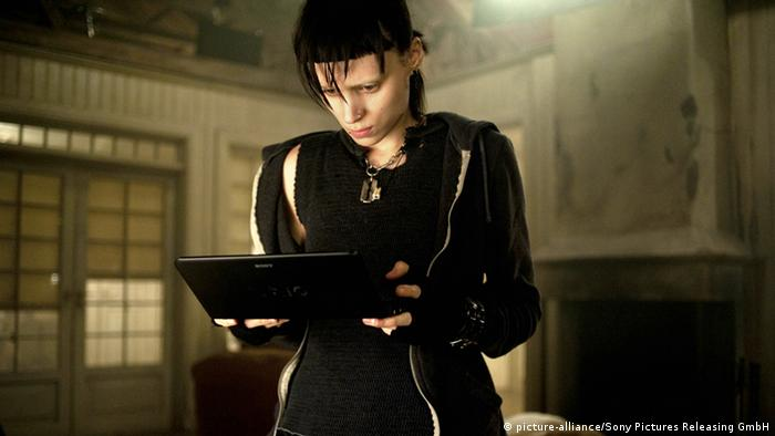 Filmszene Verblendung - Lisbeth Salander arbeitet an ihrem Laptop (Foto: picture-alliance/Sony Pictures Releasing GmbH)