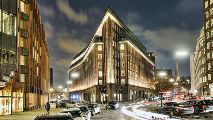 das Chilehaus in Hamburg bei Nacht (picture alliance/chromorange/C. Ohde)