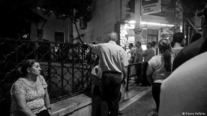 Черга до банкомату в Греції