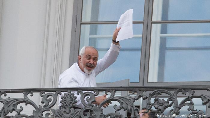 Міністр закордонних справ Ірану Мохаммед Шаріф показує проект угоди, Відень, 2015 рік