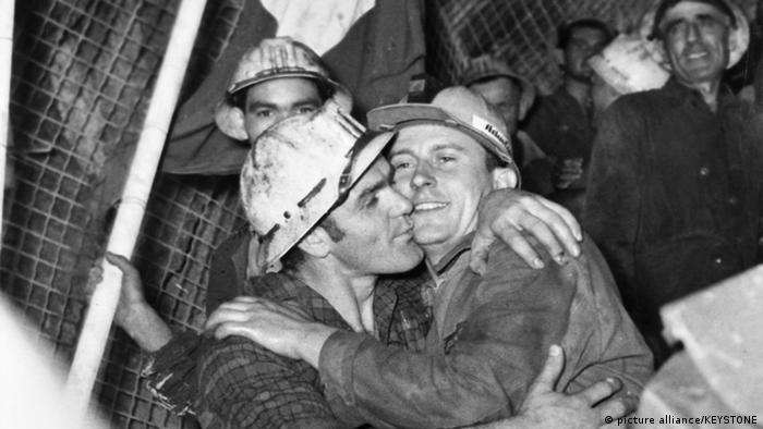 Encuentro entre los equipos italiano y francés en las obras del túnel del Mont Blanc, en 1962.