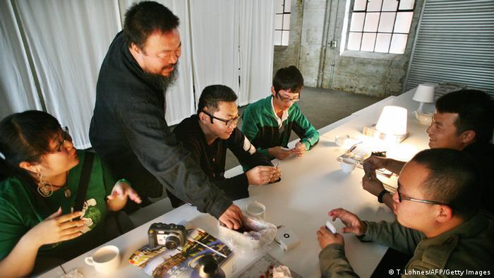 Der Künstler Ai Weiwei mit einigen chinesischen Gästen an einem Tisch bei der Documenta XII in Kassel