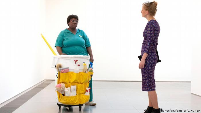 Großbritannien Ausstellung in London Putzfrau mit Eimer von Duane Hanson