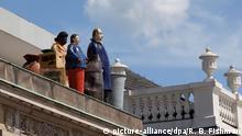 Figurengruppe Fremde von Thomas Schütte (documenta 9, 1992 auf dem Dach des Kaufhauses Sinn Leffers neben dem Fridericianum in Kassel / sculputre strangers by Thomas Schuette, 1992 / Foto: Robert B. Fishman, ecomedia,