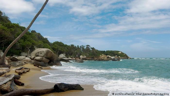 Adiós a los plásticos de un solo uso para evitar la degradación de costas como las playas del Parque Nacional de Tayrona en Colombia.