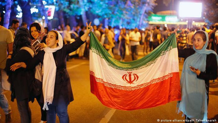 Dvije Iranke u Teheranu drže iransku zastavu i slave dogovor o nuklearnog programa (picture-alliance/dpa/A. Taherkenareh)