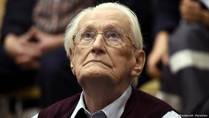 Oskar Groening in Lüneburg during his 2015 sentencing (Reuters/A. Heimken)