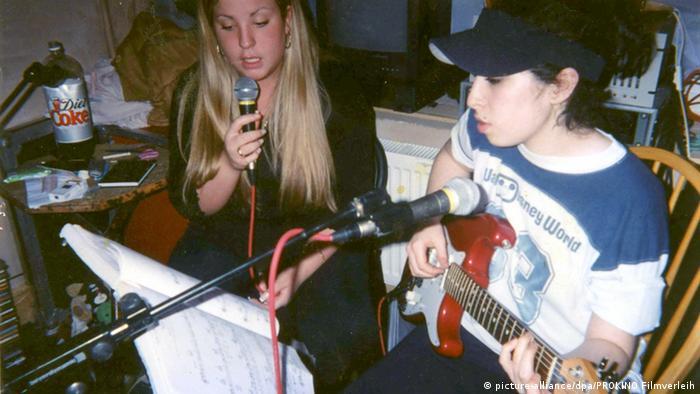 Amy Winehouse spielt Guitarre (picture-alliance/dpa/PROKINO Filmverleih)