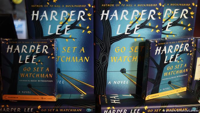 Buchtitel von Harper Lee Go Set a Watchman nebeneinander aufgestellt