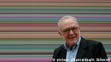 ARCHIV - Der Künstler Gerhard Richter geht am 13.09.2013 an seinem Gemälde Strip (930-2) in der Galerie Neue Meister der Staatlichen Kunstsammlungen in Dresden (Sachsen) vorbei. Foto: Hendrik Schmidt/dpa (zu dpa «Kunstkompass 2015: Gerhard Richter weiter vorn» vom 25.03.2015) +++(c) dpa - Bildfunk+++