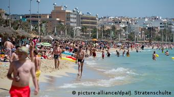 Spanien Touristen auf Mallorca (picture-alliance/dpa/J. Stratenschulte)