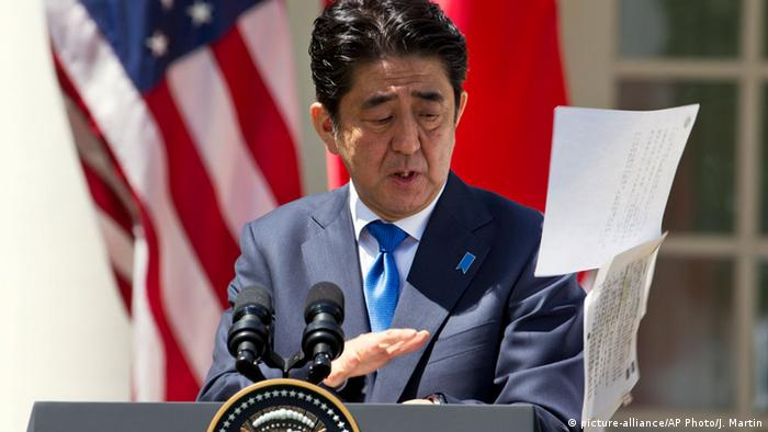 USA, Shinzo Abe besucht die USA (picture-alliance/AP Photo/J. Martin)