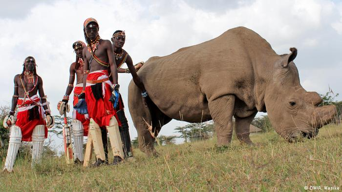 Members of the Maasai warriors cricket team pose for a picture with Sudan (DW/A. Wasike)