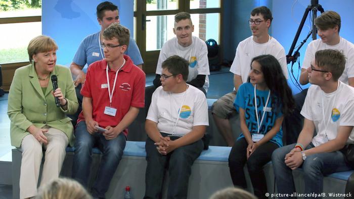 Bundeskanzlerin Angela Merkel im Dialog mit Jugendlichen (Foto: dpa)