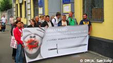 Bildbeschreibungen: In Kiew startete am 15. Juli ein Prozess gegen ehemalige Polizisten der Spezialeinheit Berkut, die der Ermordung der Demonstranten während friedlicher Proteste auf dem Maidan 2013-2014 beschuldigt werden. Hinterbliebene der Opfer der Erschießungen auf dem Maidan protestieren gegen schleppende Aufklärung dieser Verbrechen. Foto. DW/Alexander Sawitzky am 15.7.2015