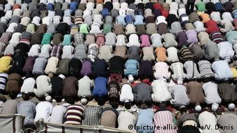 Betende Muslime in Kairo (picture-alliance/dpa/V. Denis)