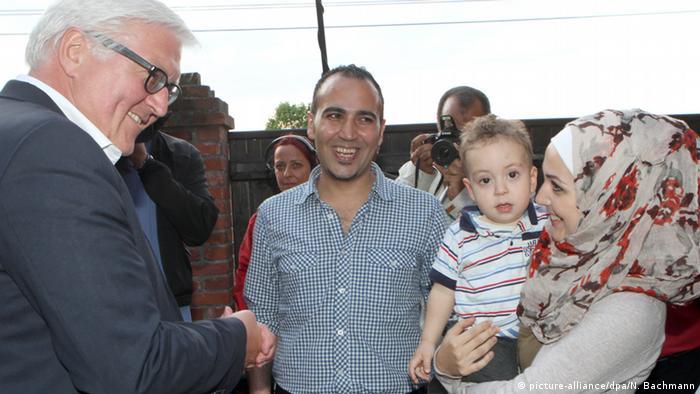 Frank-Walter Steinmeier Deutschland Brandenburg Syrien Flüchtlinge Familie (picture-alliance/dpa/N. Bachmann)
