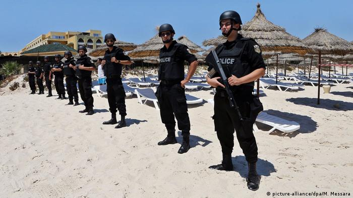 Tunesien Polizei am Strand (picture-alliance/dpa/M. Messara)