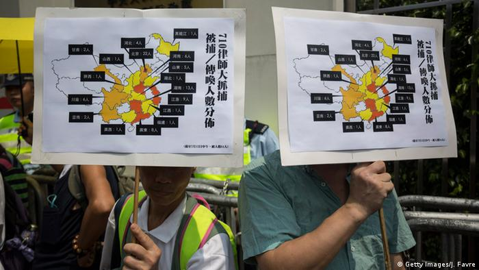Protestas en Hong Kong contra el encarcelamiento de abogados en China.