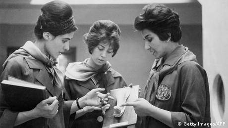 Две студентки по медицина разговарят с професорката си (жената вдясно). Снимката е направена през 1962 в Кабул. В онези години участието на жените в обществения живот и достъпът им до образование са нещо съвършено нормално.
