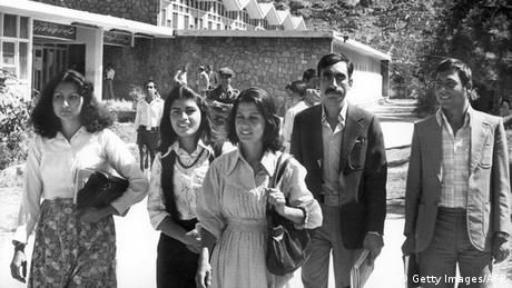 Студентки и студенти в Кабул през 1981 - две години след интервенцията на СССР в Афганистан, която се превръща в най-дългата война, водена някога от Съветския съюз.