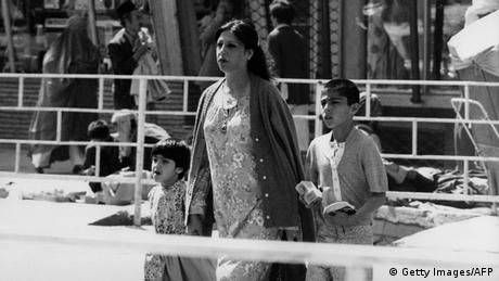 Майка с двете си деца в Кабул. Без забрадка, без бурка. Свободна и с високо вдигната глава.