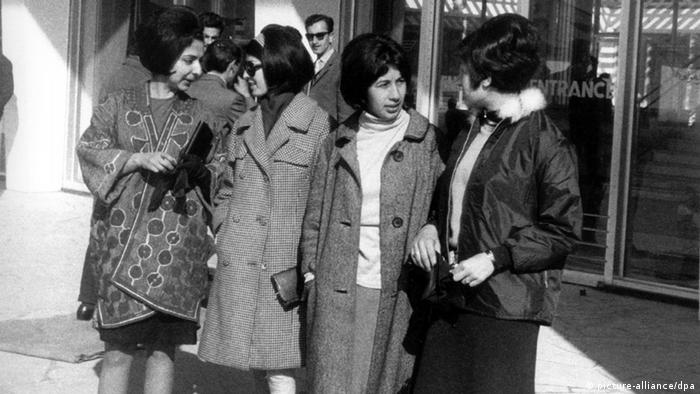 1967 година: модерно облечени жени пред сградата на летището в Кабул.