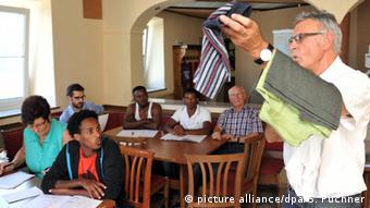 Karl Landherr gibt Deutschunterricht für Asylbewerber. (Foto: dpa)