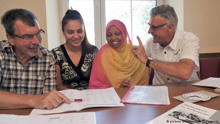 Zwei Ex-Schulleiter geben Flüchtlingen Deutschunterricht. (Foto: dpa)