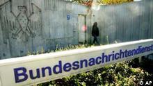 Blick auf den Eingang der Zentrale des Bundesnachrichtendienstes am 17.Oktober 2003 in Pullach bei Muenchen. Die Fraktionschefin der Gruenen im Bundestag, Renate Kuenast, sieht in einem Untersuchungsausschuss die richtige parlamentarische Waffe zur Aufklaerung des BND-Einsatzes im Irakkrieg. (AP Photo/Diether Endlicher)-- A big sign indicates the entrance to the headquarters of Germany's foreign intelligence agency (BND) in Pullach near Munich, southern Germany, Friday, Oct.17, 2003. (AP Photo/Diether Endlicher)