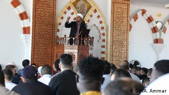 Ein Imam predigt am 17.07.15 in einer Frankfurter Moschee (Foto: A. Ammar)