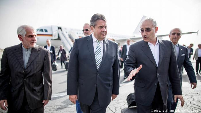 Bundeswirtschaftsminister Sigmar Gabriel wird am Flughafen in Teheran vom Vize Ölminister Amit Hossein Zamaninia begrüsst