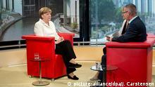 Bundeskanzlerin Angela Merkel (CDU) lässt sich beim Sommerinterview von den Journalisten Tina Hassel und Rainald Becker am 19.07.2015 im ARD-Hauptstadtstudio in Berlin interviewen. Foto: Jörg Carstensen/dpa +++(c) dpa - Bildfunk+++