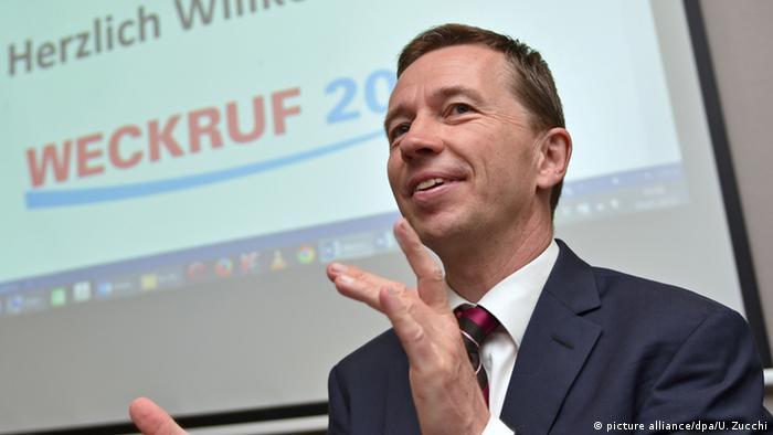ehemaliger AfD-Vorsitzender Bernd Lucke bei einer Versammlung von Teilnehmern des Vereins Weckruf 2015 (picture alliance/dpa/U. Zucchi)