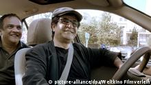 ACHTUNG: Nur zur redaktionellen Verwendung im Zusammenhang mit der Berichterstattung über den Film! HANDOUT - Regisseur und Fahrer Jafar Panahi (r) sitzt mit einem Passagier in einem Taxi (undatierte Aufnahme) - eine Szene des Films «Taxi Teheran». Der Film von Panahi startet am 23.07.2015 in den deutschen Kinos. dpa (zu dpa-Kinostarts vom 16.07.2015) ACHTUNG: Nur zur redaktionellen Verwendung im Zusammenhang mit der Berichterstattung über den Film und nur bei Nennung Foto: Weltkino Filmverleih/dpa +++(c) dpa - Bildfunk+++