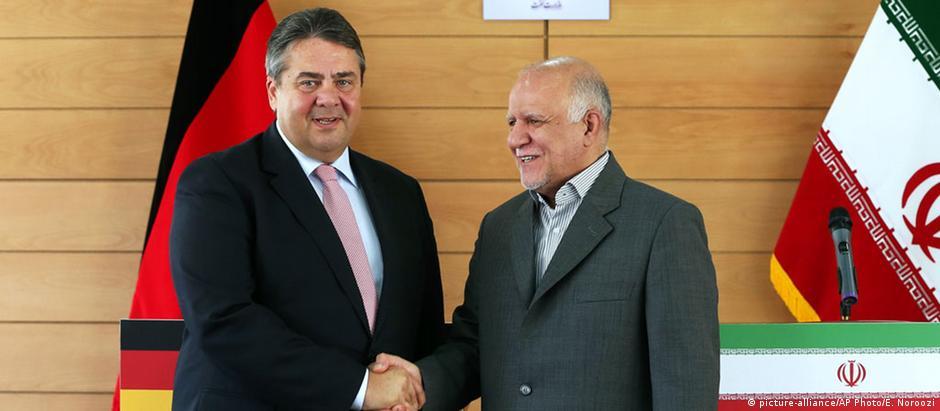 Sigmar Gabriel (esq.) e ministro iraniano do Petróleo, Bijan Namdar Zanganeh