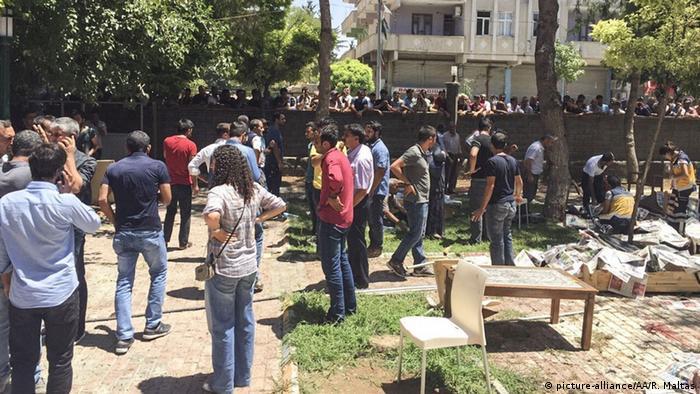 89a83b517 أعلنت وزارة الداخلية التركية مقتل 27 شخصا وإصابة نحو مائة آخرين في الانفجار  الذي وقع اليوم الاثنين (20 تموز/يوليو 2015) في إقليم شانلي أورفا جنوب شرق  تركيا ...