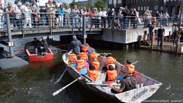 Ein Papierboot wurde in Bremerhaven zu Wasser gelassen. (Foto: dpa)