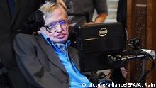 epa04854135 British scientist Stephen Hawking arrives for a press conference in London, Britain, 20 July 2015. Russian billionaire Milner and British scientist Hawking announced a global science initiative for the search of civilised life in the universe. EPA/ANDY RAIN +++(c) dpa - Bildfunk+++