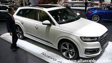 epa04736647 A visitor looks at the new Audi Q7, during the Barcelona International Motor Show at the Fira Barcelona conference centre in Barcelona, northeastern Spain, 07 May 2015. The Barcelona International Motor Show runs from 09 to 17 May. EPA/TONI ALBIR +++(c) dpa - Bildfunk+++